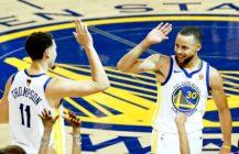 Basketball artykuł: kozłujący Curry i niekozłujący Thompson